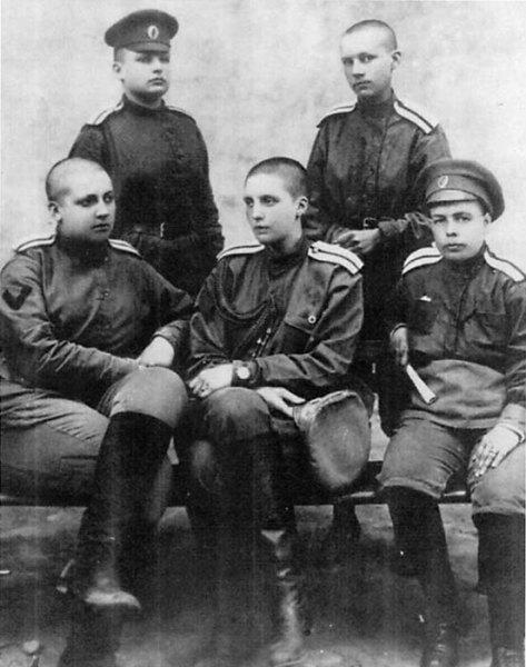 Руководящий состав воинского формирования. Лето 1917. На фото М. Бочкарева сидит крайняя слева