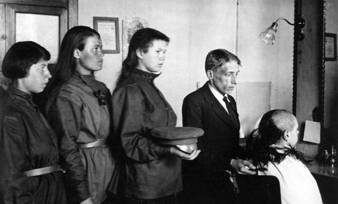 Женские батальоны смерти. Июнь 1917 — ноябрь 1918. В парикмахерской. Стрижка наголо. Фото. Лето 1917