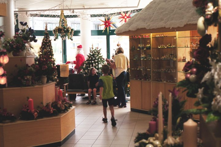 Один из открытых круглый год магазинов стеклянных ёлочных украшений в Лауше, 1999 г.