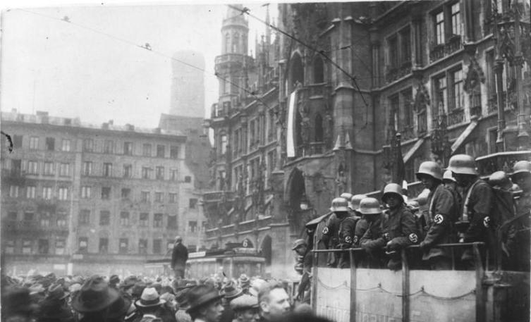Площадь Мариенплац во время пивного путча  9 ноября 1923 года