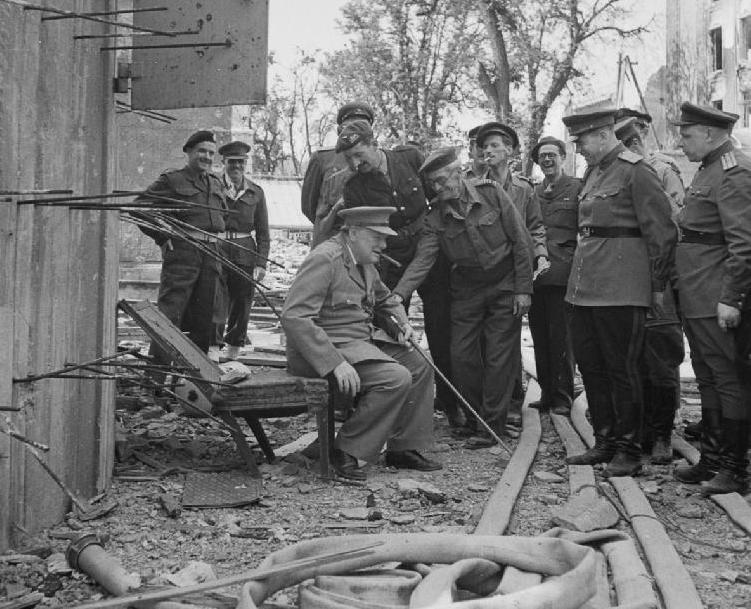 Черчилль сидит на сломанном стуле из фюрербункера в июле 1945 г.