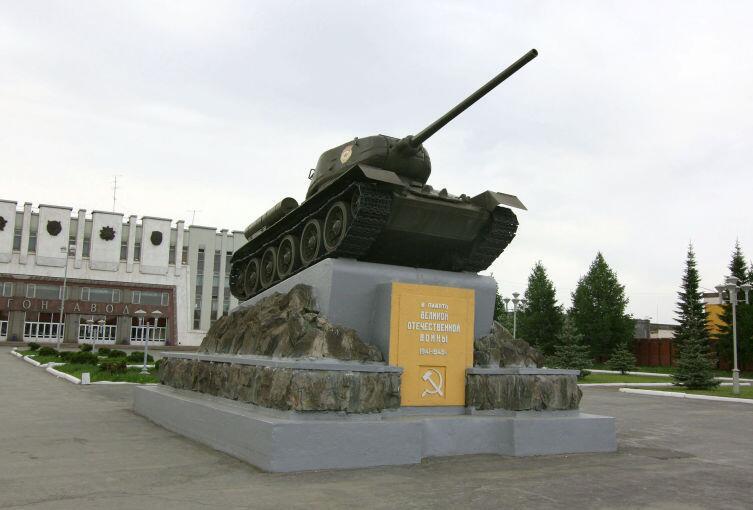 Памятник танк Т-34−85 возле здания НПК «Уралвагонзавод» в Нижнем Тагиле (С февраля по июля 1942 год директором завода №183 был И. Зальцман)