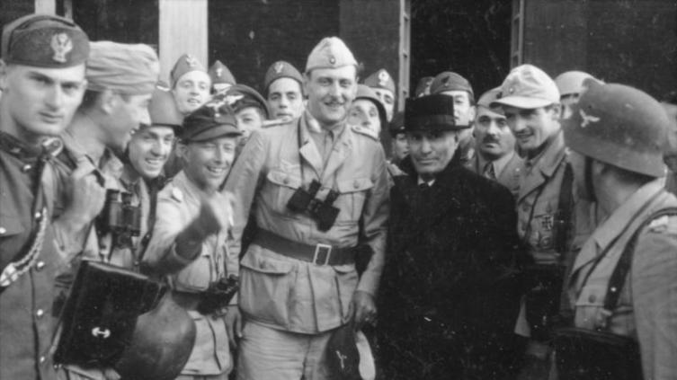 Отто Скорцени с освобожденным Бенито Муссолини; 12 сентября 1943 г.