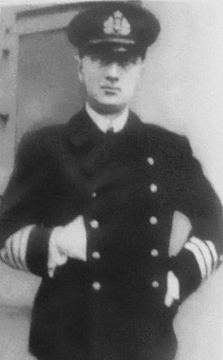 Колчак в новой морской форме Временного правительства (без погон, со знаками отличия на рукавах и пятиконечной звездой на кокарде), лето 1917 года