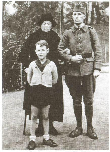 Вдова Софья Фёдоровна, сын Ростислав в форме французского офицера, внук Саша. 1939 год