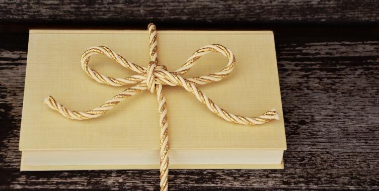 Подарите книгу, но не забудьте о красивой упаковке и поздравлении
