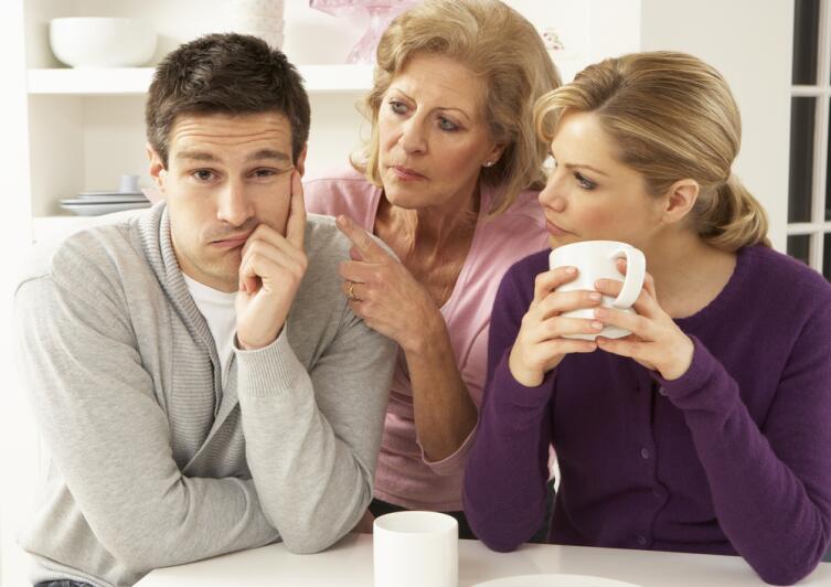 Лучше попросить совета в простой ситуации и дать старшему поколению пищу для размышления, чем ждать, когда она сама начнет вмешиваться