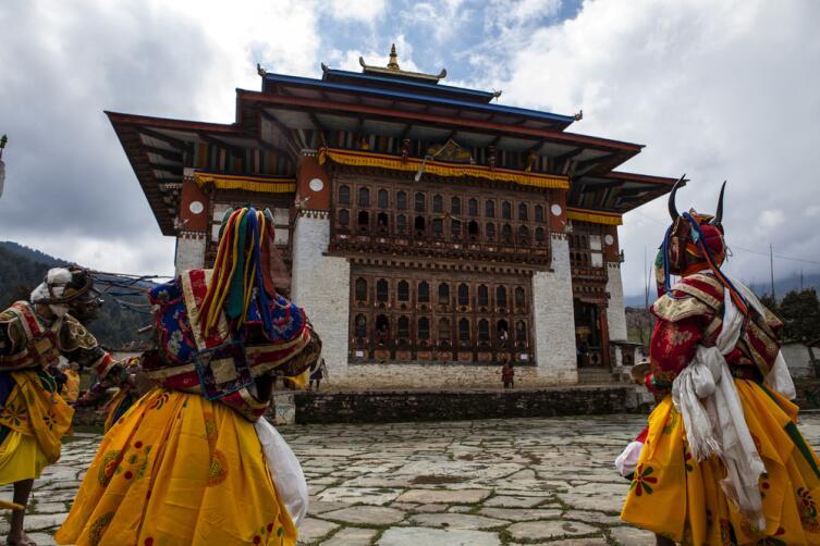 Монахи танцуют во время фестиваля Цечу Ура в долине Бумтанг в Бутане