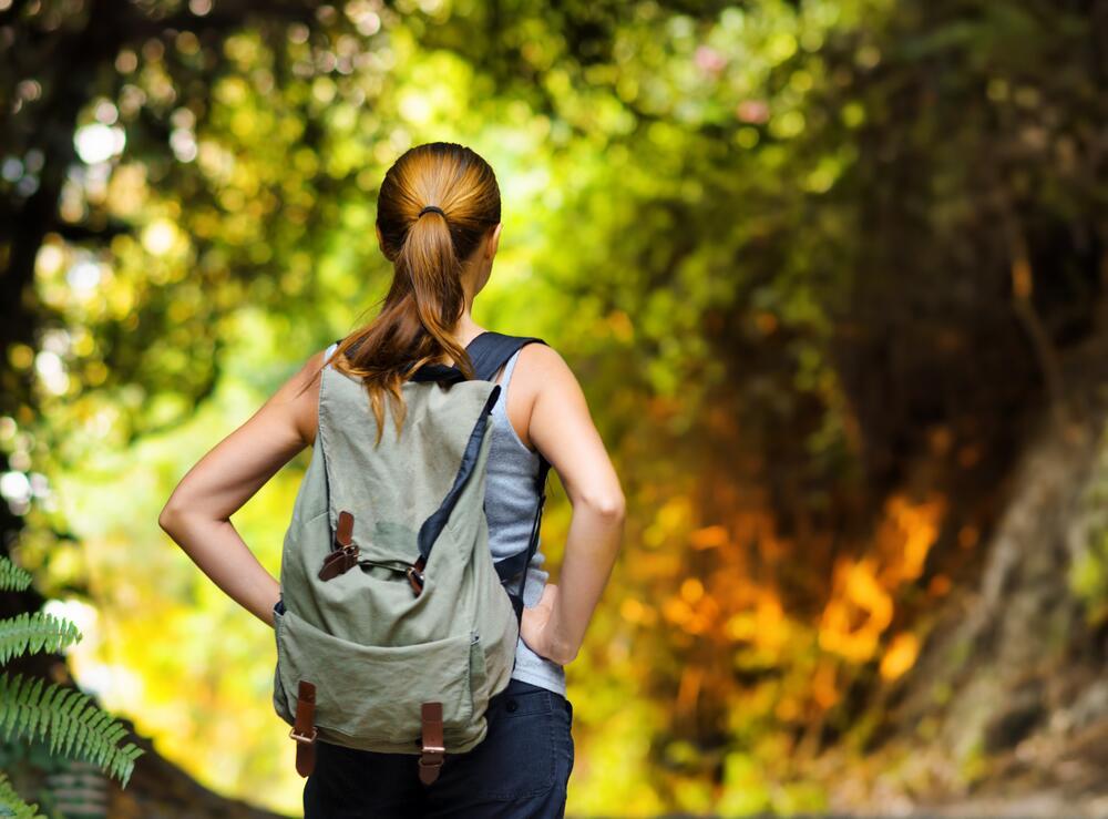 О чем может рассказать манера носить сумку?