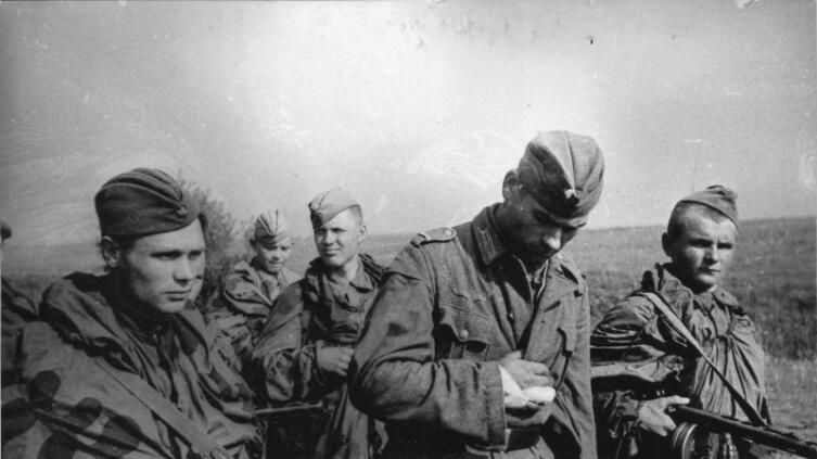 Советские разведчики ведут захваченного в плен немецкого солдата