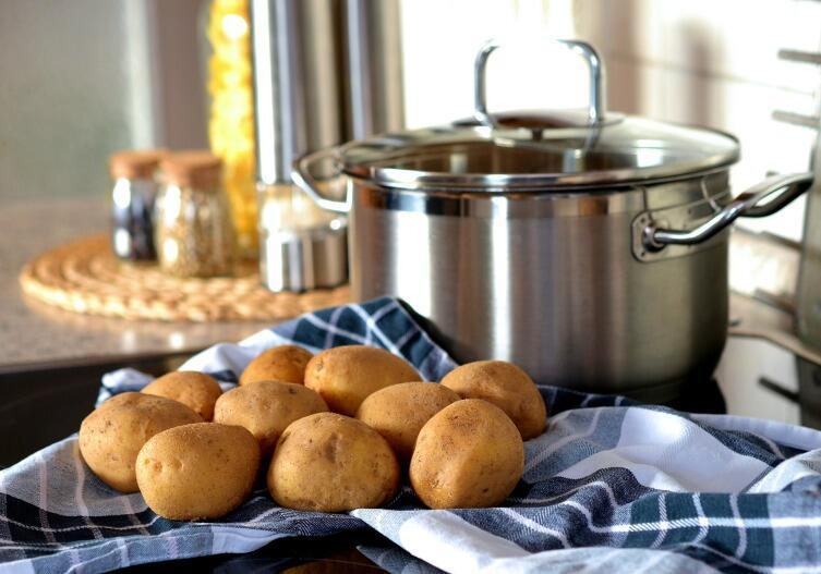 Все знают, как полезно при простуде подышать над кастрюлей с горячим картофельным отваром