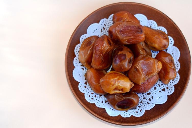 Из фиников вырабатывают финиковый мед, сахар, алкогольный финиковый сок, из сердцевины дерева — пальмовую муку