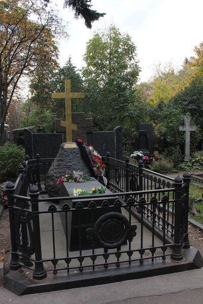 Могила Н. В. Гоголя на Новодевичьем кладбище