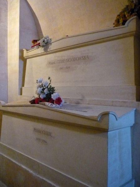 Надгробие на могиле Пьера и Марии Кюри в парижском Пантеоне