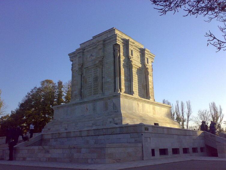 Мавзолей на могиле поэта в Тусе