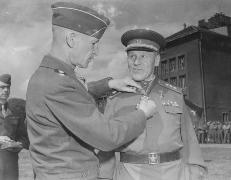 Командующий 9-й армией США генерал-лейтенант Симпсон вручает орден «Легион Почета» командующему 3-й армией Герою Советского Союза генерал-полковнику Александру Васильевичу Горбатову