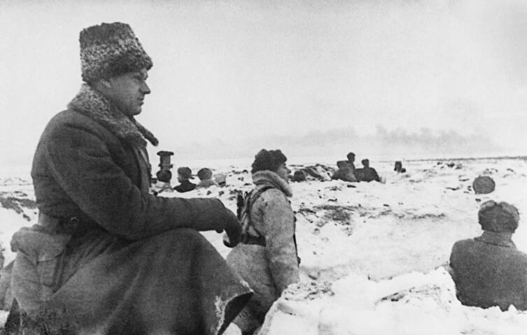 Командующий Донским фронтом К.К. Рокоссовский на наблюдательном пункте в районе Мариновки