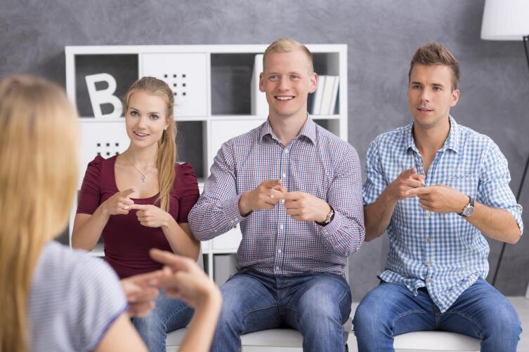 Язык жестов оказывается преимуществом на больших расстояниях, где голос не слушно