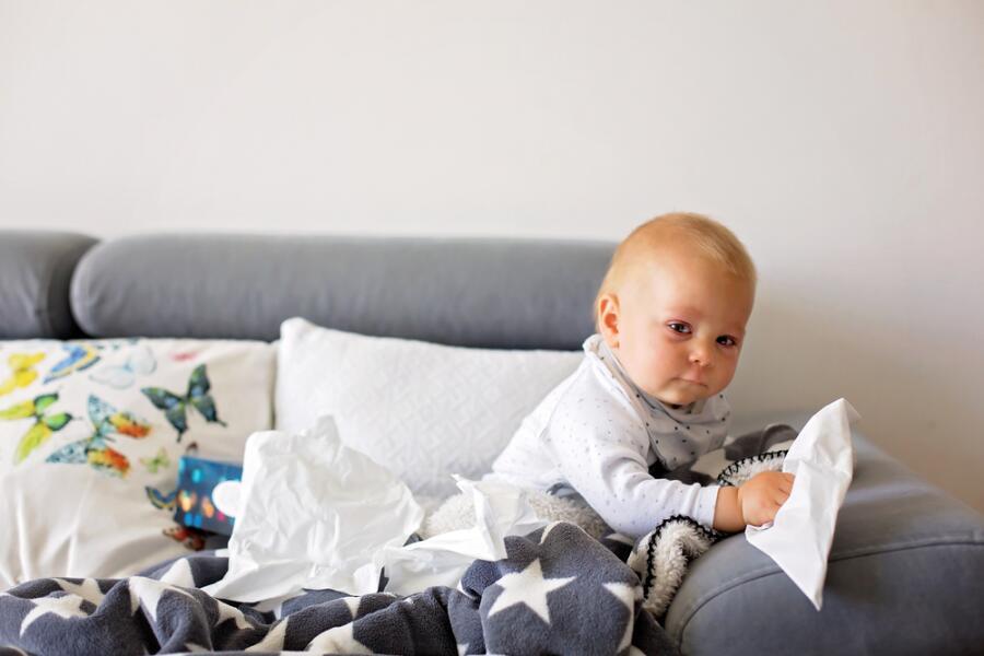Как лечить насморк у грудных детей?