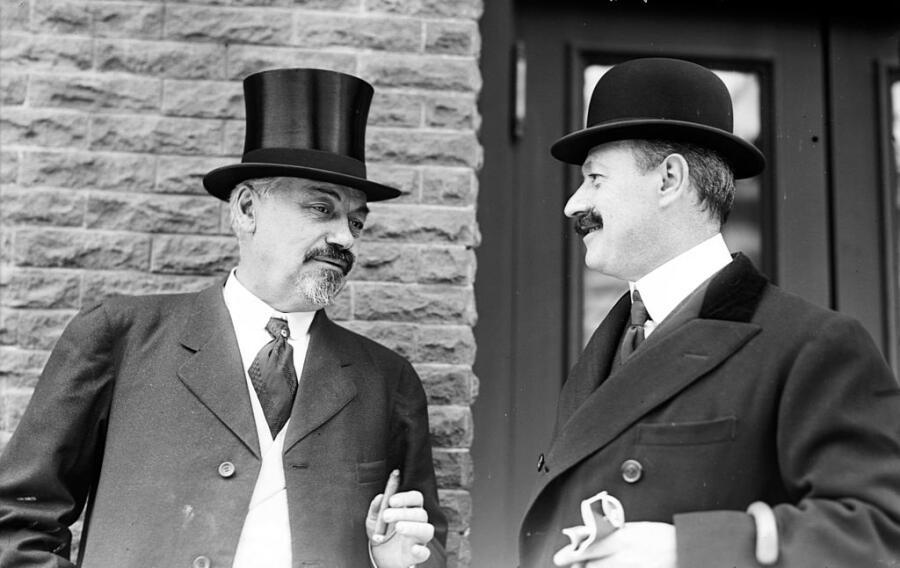 Оскар Хаммерштейн I (слева) и Клеофонте Кампанини (справа), 1908 г.