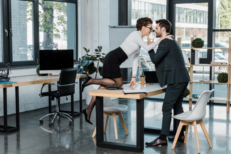 Если мужчине и женщине по работе нужна видимость между ними любовного романа, то они и будут поддерживать такую видимость, не теряя головы