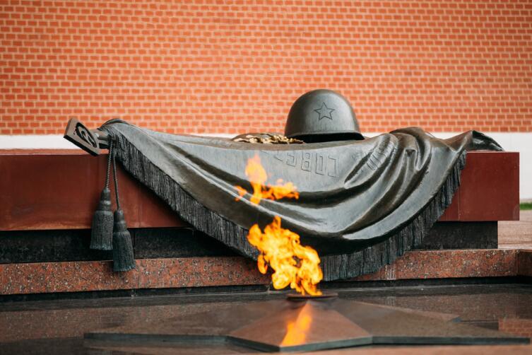 Вечный огонь в Москве на могиле Неизвестного Солдата