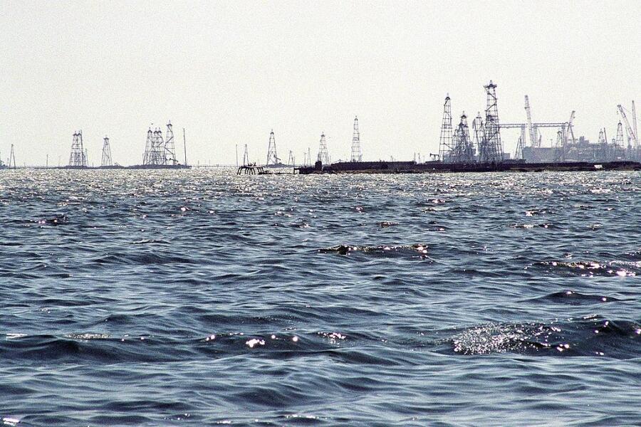 Нефтяные Камни, буровые вышки
