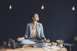 Медитировать можно в группе, а можно и в одиночестве!