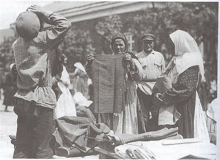 Продажа сарпинки на базаре в Бальцере