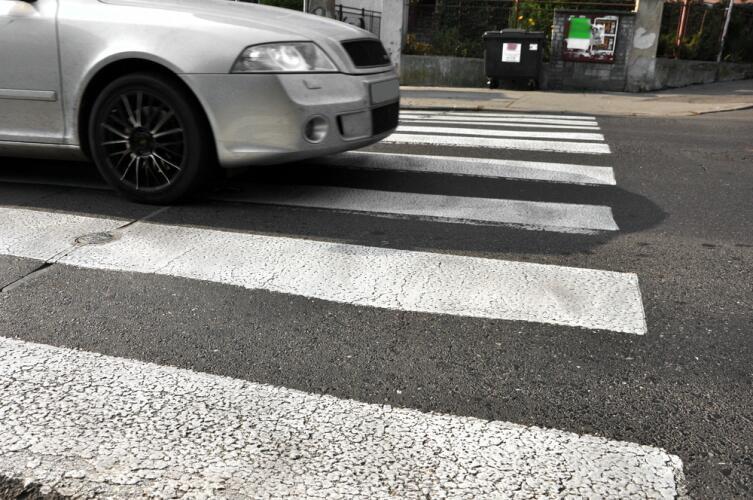 Водитель, приближаясь к пешеходному переходу, сбрось скорость!