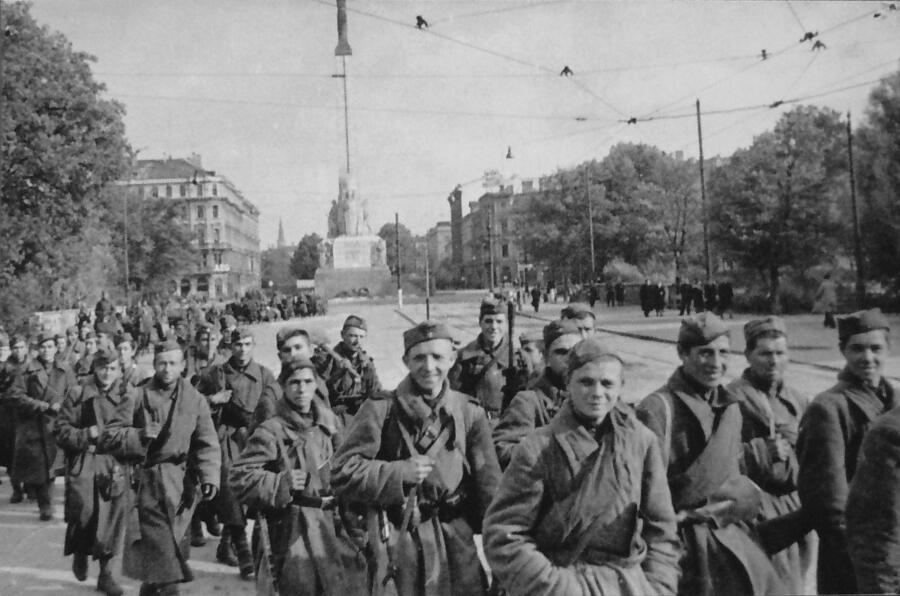 Бойцы 130-го Латышского стрелкового корпуса Красной Армии в освобождённой Риге, 15 октября 1944 г.