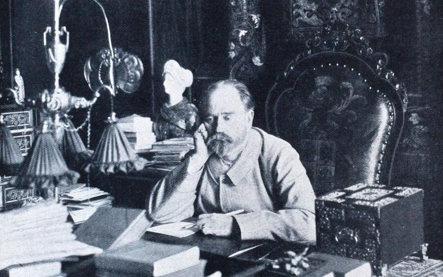 Французский писатель Эмиль Золя  в своем кабинете