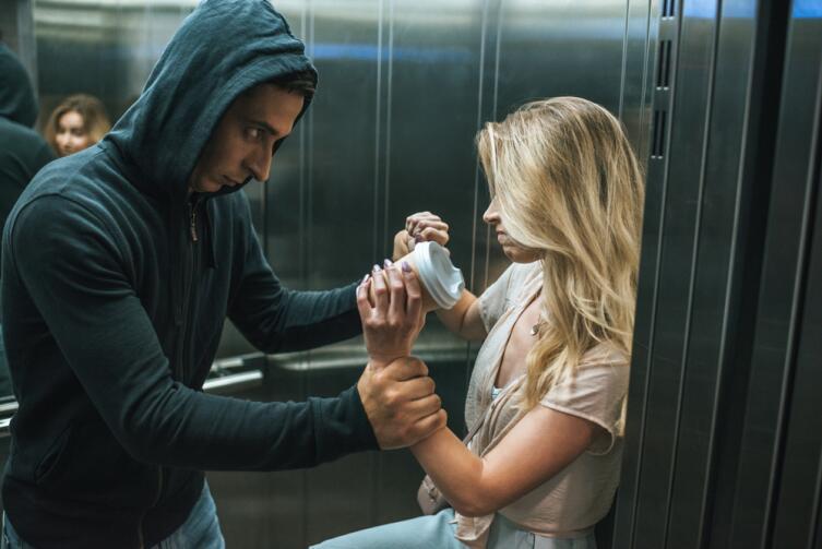 Всем известный совет: не входите в лифт с незнакомцем!