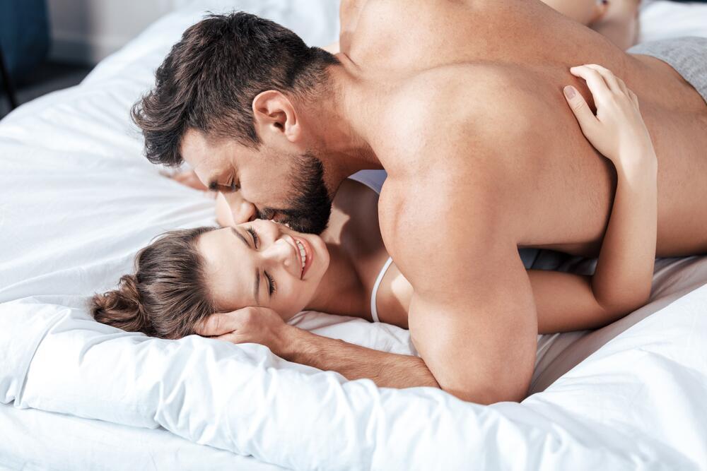 зрелая женатая пара занимается люьовью на кровати