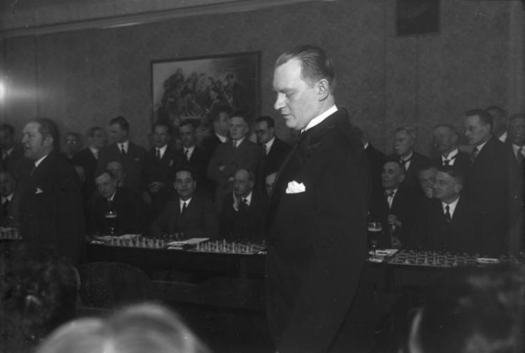 Алехин даёт сеанс одновременной игры в Берлине, 1930 год