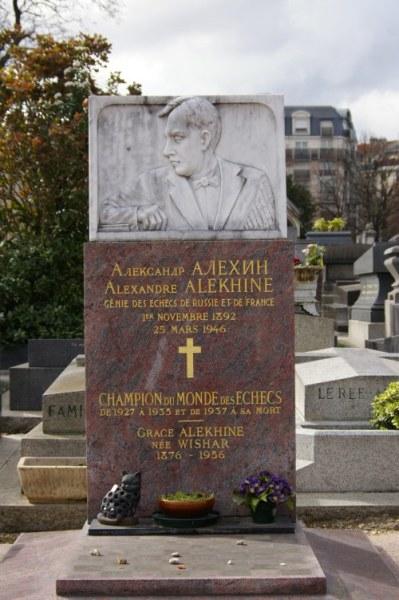 Надгробный памятник на могиле Алехина на парижском кладбище Монпарнас работы его друга, шахматиста Абрама Бараца. На надгробии указана ошибочная дата рождения 1 ноября