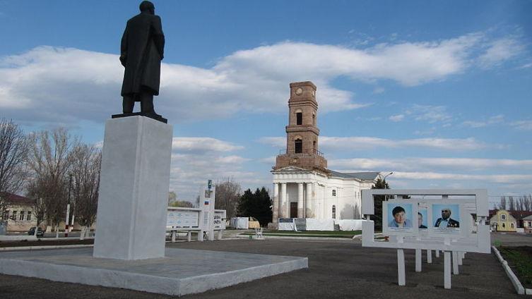 Памятник Ленину и лютеранская церковь на центральной площади города