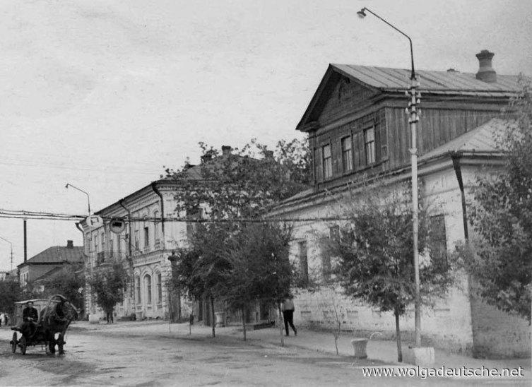 г. Маркс. Горисполком и бывшая библиотека (на переднем плане). Фото 1967 г.