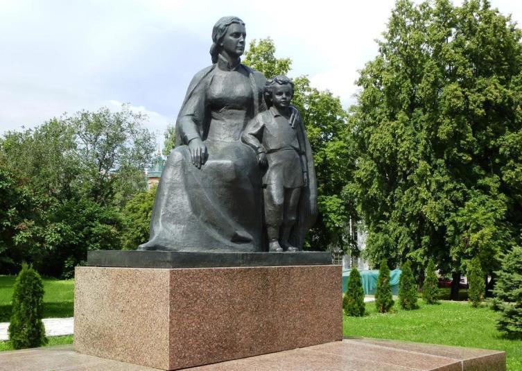 Памятник Марии Ульяновой с сыном