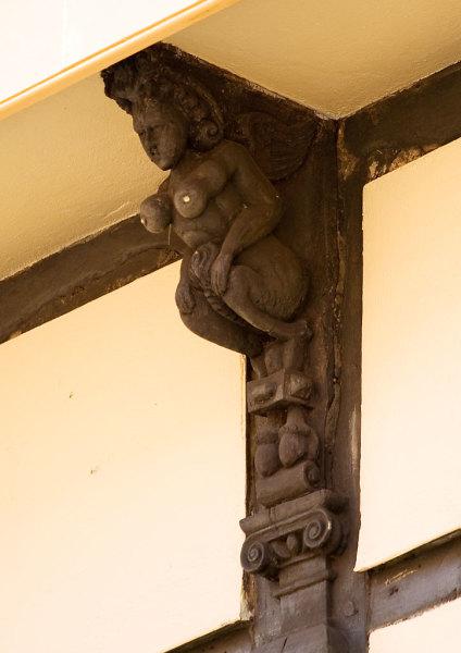 Скульптура, изображающая суккуба