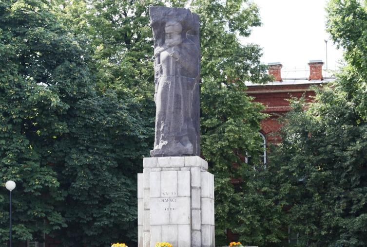 Старенький, но удивительно приятный памятник Карлу Марксу