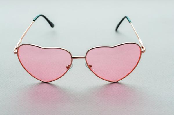 Почему полезно носить «розовые очки»?