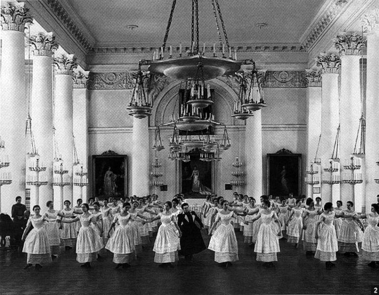 Воспитанницы Смольного института благородных девиц на уроке танцев, 1889 г.