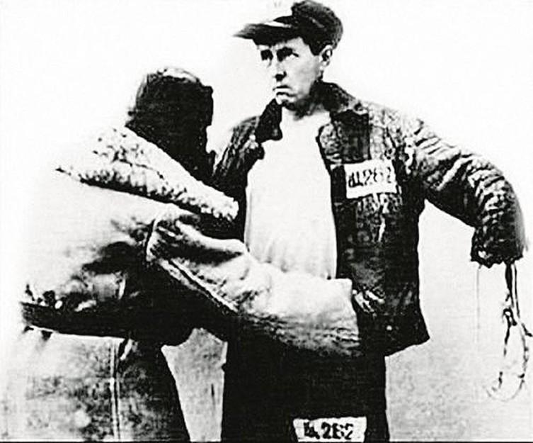 Охранник обыскивает заключённого Солженицына (постановочное фото)