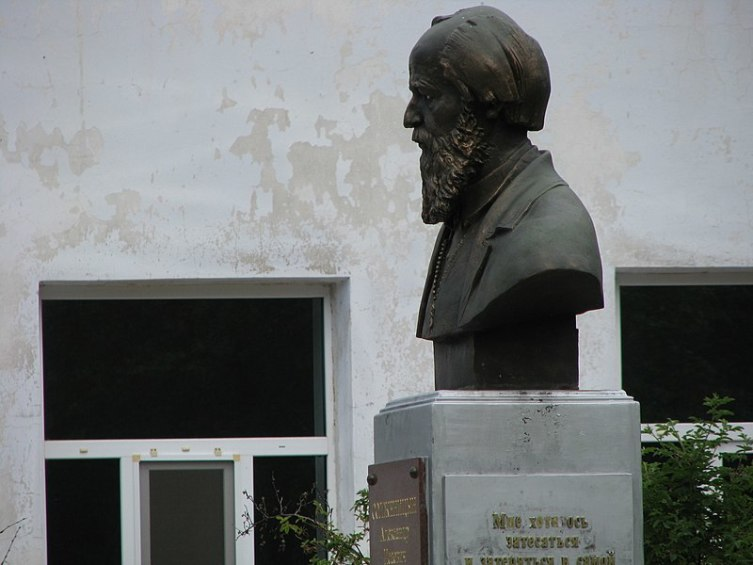 Бюст А. И. Солженицыну возле школы в Мезиновском