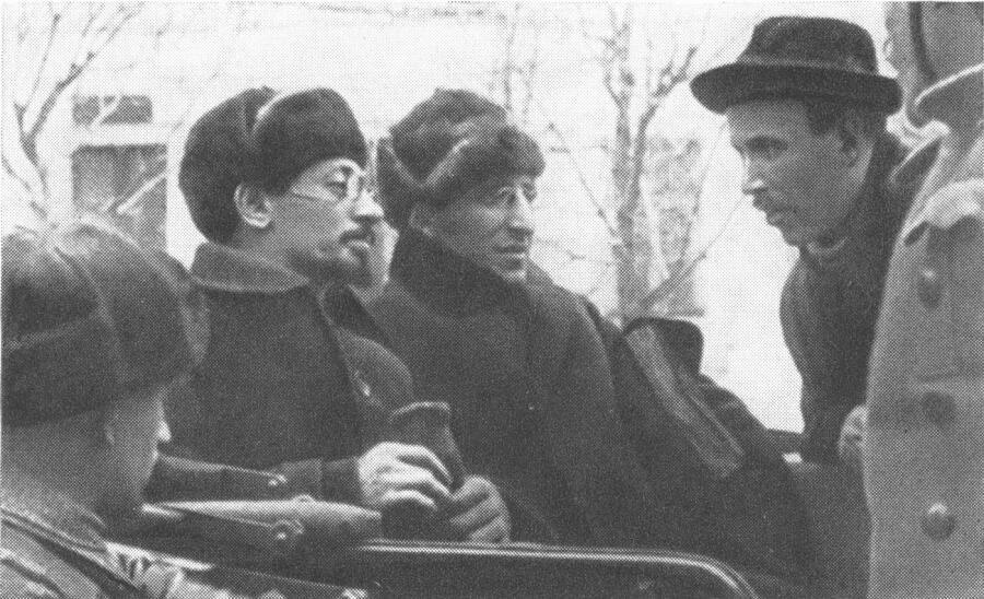 Я. М. Свердлов, В. А. Аванесов, Демьян Бедный (справа), 1918 г.