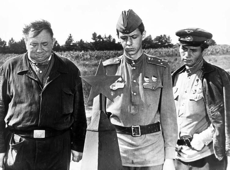 Л. Быков - крайний справа