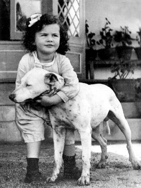 Маленькая Вивьен с собакой, 1918 г.