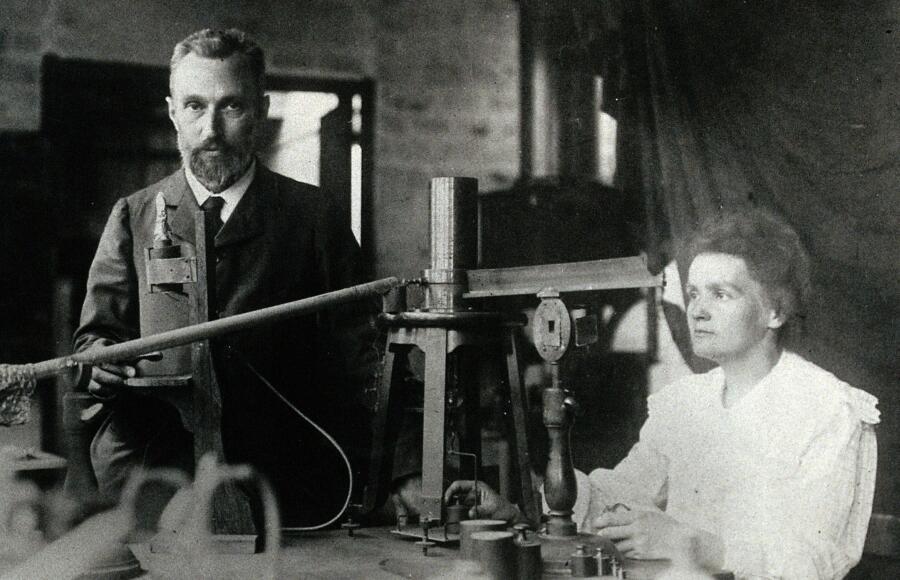 Пьер и Мария Кюри в лаборатории, 1904 г.
