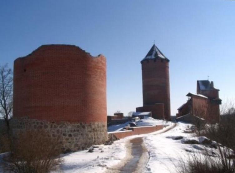 На переднем плане - башня ворот северного форбурга (предзамка). Правее неё - западная стена цвингера (части крепости между её наружной и внутренней стенами)